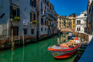 Coronavirus in Venice, Andrà tutto bene, Everything will be fine, is the hope message that blossoms in Venice