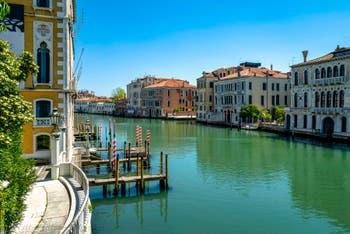Venedig Canal Grande von der Ponte dell'Accademia aus gesehen Während der Ausgangsbeschränkungen im Zusammenhang mit der Coronavirus-Pandemie Venedig
