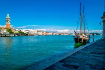 Venedig Canal Grande und Markusbecken Während der Ausgangsbeschränkungen im Zusammenhang mit der Coronavirus-Pandemie Venedig