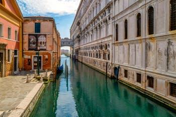 Canonica kanal und Dogenpalast mit der Seufzerbrücke Während der Ausgangsbeschränkungen im Zusammenhang mit der Coronavirus-Pandemie Venedig