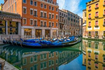 Gondolas Orseolo becken Während der Ausgangsbeschränkungen im Zusammenhang mit der Coronavirus-Pandemie Venedig in Italy