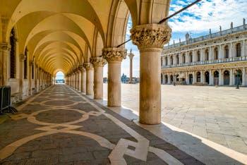 Dogenpalast Bogen und der Piazzetta San Marco während der Ausgangsbeschränkungen im Zusammenhang mit der Coronavirus-Pandemie Venedig