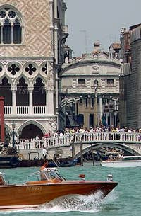 Byron: Tourist view of the Bridge of sighs