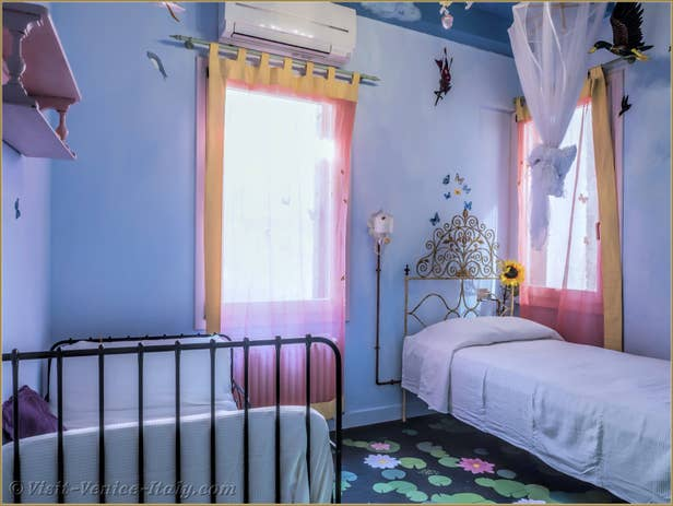 Alice Garden House Renta inl Venice , the first bedroom on the first floor