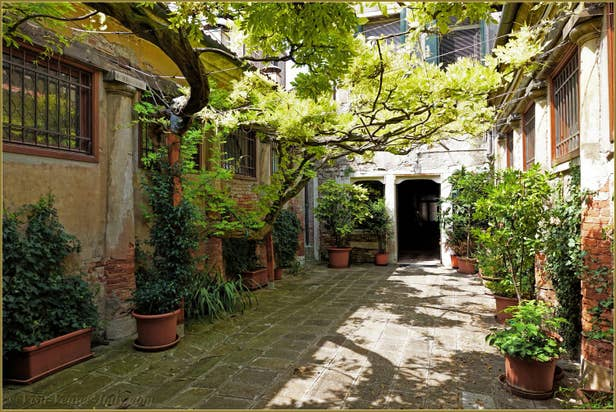Rental Flat Greci View in Venice, hourse courtyard