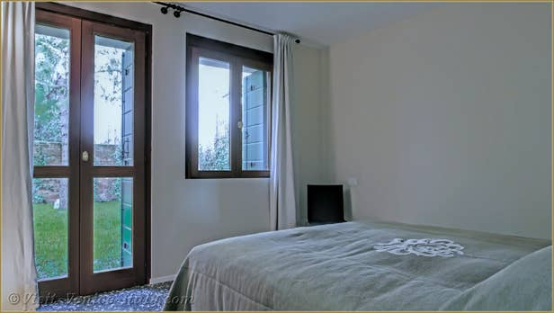 Renting Ca' del Redentore, Bedroom with view on the garden