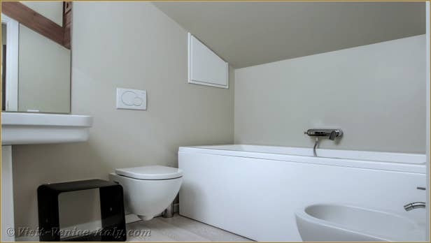 Renting Ca' del Redentore, 1st floor bathroom